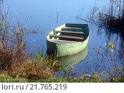 Лодка у берега (2013 год). Редакционное фото, фотограф Павел Чайкин / Фотобанк Лори