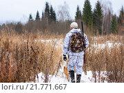 Охотник на заснеженном поле. Стоковое фото, фотограф Павел Родимов / Фотобанк Лори