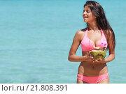 Купить «Красивая улыбающаяся женщина с кокосовым коктейлем на пляже», фото № 21808391, снято 24 декабря 2015 г. (c) Иван Михайлов / Фотобанк Лори