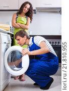 Купить «Man repairing washing machine and woman», фото № 21810955, снято 17 июня 2018 г. (c) Яков Филимонов / Фотобанк Лори