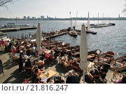 Hamburg, Germany, guests sit in the cafe at the Rabenstrasse Aussenalster (2009 год). Редакционное фото, агентство Caro Photoagency / Фотобанк Лори