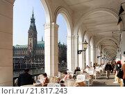 Купить «Hamburg, Alster Arcades and the Town Hall», фото № 21817243, снято 16 апреля 2005 г. (c) Caro Photoagency / Фотобанк Лори