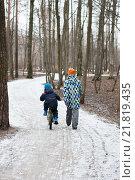 Купить «Дети гуляют по дорожке в зимнем парке», фото № 21819435, снято 14 февраля 2016 г. (c) Сергей Пинаев / Фотобанк Лори