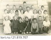 Купить «Групповое фото в сельской школе», эксклюзивное фото № 21819707, снято 21 ноября 2019 г. (c) Михаил Ворожцов / Фотобанк Лори