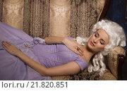 Купить «Женщина в платье в стиле барокко и белом парике на диване», фото № 21820851, снято 5 января 2016 г. (c) Дмитрий Черевко / Фотобанк Лори