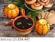 Купить «Christmas table: beetroot red borsch, swedish buns and pomander balls. Traditional christmas eve.», фото № 21834447, снято 27 июня 2019 г. (c) BE&W Photo / Фотобанк Лори