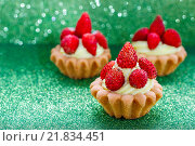 Купить «Beautiful tiny cupcakes with wild strawberries», фото № 21834451, снято 19 октября 2018 г. (c) BE&W Photo / Фотобанк Лори