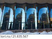 Стеклянный фасад из гнутого голубого стекла. Стоковое фото, фотограф Дмитрий Загурский / Фотобанк Лори