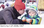 Купить «Отец целует ребенка зимой», видеоролик № 21836147, снято 16 февраля 2016 г. (c) Потийко Сергей / Фотобанк Лори