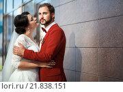 Купить «Невеста и жених, романтическая свадьба, пара у стены здания», фото № 21838151, снято 30 августа 2015 г. (c) Евгений Майнагашев / Фотобанк Лори