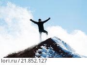 Купить «Альпинист на вершине горы», фото № 21852127, снято 8 сентября 2015 г. (c) Дмитрий Шульгин / Фотобанк Лори