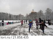 Дети бегают и играют в снежки в Санкт- Петербурге на Сенатской площади (2016 год). Редакционное фото, фотограф Екатерина Гусева / Фотобанк Лори