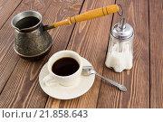 На деревянном фоне чашка кофе сахарница и кофеварка турка. Стоковое фото, фотограф Максим Алакин / Фотобанк Лори