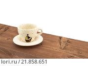 Керамическая кофейная чашка на деревянной доске на белом фоне (2016 год). Редакционное фото, фотограф Максим Алакин / Фотобанк Лори