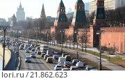 Купить «Пробка на набережной в центре Москвы», видеоролик № 21862623, снято 18 февраля 2016 г. (c) Володина Ольга / Фотобанк Лори