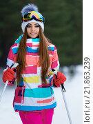 Девушка в яркой спортивной одежде на лыжах. Стоковое фото, фотограф Станислав Симонов / Фотобанк Лори