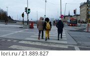 Люди переходят дорогу в Стокгольме. Стоковое видео, видеограф Павел Котельников / Фотобанк Лори