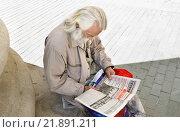 Купить «Пожилой мужчина читает газету», эксклюзивное фото № 21891211, снято 9 мая 2013 г. (c) Алёшина Оксана / Фотобанк Лори