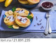 Оладьи с бананами и вареньем, завтрак на столе. Стоковое фото, фотограф Sergey Fatin / Фотобанк Лори