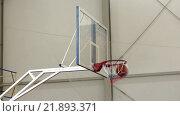 Баскетбол. Мяч залетает в корзину. Стоковое видео, видеограф Олег Безруков / Фотобанк Лори