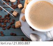 Чашка эспрессо, сахар-рафинад и кофейные зерна на столе. Стоковое фото, фотограф Olesya Tseytlin / Фотобанк Лори