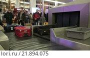 Купить «Москва, аэропорт Шереметьево, выдача багажа пассажирам», видеоролик № 21894075, снято 22 февраля 2016 г. (c) Игорь Долгов / Фотобанк Лори