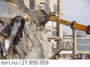 Купить «Снос ТЦ «Пирамида»», фото № 21895059, снято 21 февраля 2016 г. (c) Павел Москаленко / Фотобанк Лори
