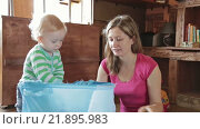 Купить «Мать с сыном достают игрушки из коробки», видеоролик № 21895983, снято 15 декабря 2015 г. (c) Aleksey Popov / Фотобанк Лори