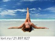 Красиая кудрявая девушка на пляже. Стоковое фото, фотограф Станислав Симонов / Фотобанк Лори