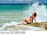 Кудрявая девушка в бикини на пляже. Стоковое фото, фотограф Станислав Симонов / Фотобанк Лори