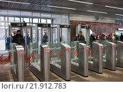 Купить «Люди проходят через турникеты в московском метрополитене», фото № 21912783, снято 19 февраля 2016 г. (c) Victoria Demidova / Фотобанк Лори