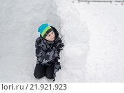 Купить «Teen boy sitting in homemade snow fort», фото № 21921923, снято 23 февраля 2016 г. (c) Володина Ольга / Фотобанк Лори