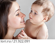 Купить «Мать с ребенком на руках», фото № 21922091, снято 7 марта 2013 г. (c) Элина Гаревская / Фотобанк Лори