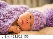 Новорожденный ребенок в фиолетовой шапочке крупным планом. Стоковое фото, фотограф Елена Ганненко / Фотобанк Лори