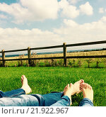 Пара на траве. Стоковое фото, фотограф Ольга Суздальцева / Фотобанк Лори