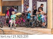 Купить «Пункт проката велосипедов Bosco в ЦПКиО имени Горького», эксклюзивное фото № 21923231, снято 18 июня 2012 г. (c) Алёшина Оксана / Фотобанк Лори