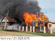 Сильный пожар уничтожает жилой дом в деревне. Стоковое фото, фотограф Дмитрий Рухмалев / Фотобанк Лори