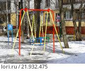 Купить «Детская игровая площадка во дворе жилого дома на 16-ой Парковой улице в Измайлове. Москва, 2016 год», эксклюзивное фото № 21932475, снято 4 февраля 2016 г. (c) lana1501 / Фотобанк Лори