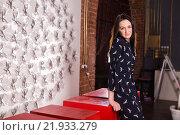 Портрет девушки в интерьере. Стоковое фото, фотограф Дмитрий Витушкин / Фотобанк Лори