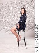 Девушка сидит на высоком стуле. Стоковое фото, фотограф Дмитрий Витушкин / Фотобанк Лори