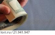 Купить «Пачка купюр номиналом сто долларов в руках на сером фоне», видеоролик № 21941947, снято 26 февраля 2016 г. (c) Яна Королёва / Фотобанк Лори