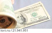 Купить «Пачка купюр номиналом сто долларов и рука на сером фоне», видеоролик № 21941951, снято 26 февраля 2016 г. (c) Яна Королёва / Фотобанк Лори