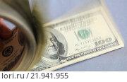Купить «Пачка купюр номиналом сто долларов в руках на сером фоне», видеоролик № 21941955, снято 26 февраля 2016 г. (c) Яна Королёва / Фотобанк Лори