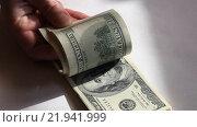 Купить «Пачка купюр номиналом 100 долларов в руке», видеоролик № 21941999, снято 26 февраля 2016 г. (c) Яна Королёва / Фотобанк Лори