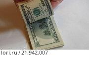Купить «Пачка купюр номиналом 100 долларов в руках», видеоролик № 21942007, снято 26 февраля 2016 г. (c) Яна Королёва / Фотобанк Лори