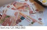 Много купюр номиналом пять тысяч рублей и руки. Стоковое видео, видеограф Яна Королёва / Фотобанк Лори