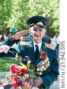 Ветеран с цветами (2013 год). Редакционное фото, фотограф Arkadiy Vashchekin / Фотобанк Лори