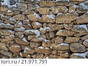 Серо-желтые камни в снегу. Стоковое фото, фотограф Юрий Слюньков / Фотобанк Лори