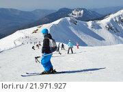 Купить «Сочи, горнолыжный курорт Роза Хутор. Люди катаются на горных лыжах и сноубордах», фото № 21971927, снято 27 февраля 2016 г. (c) Овчинникова Ирина / Фотобанк Лори
