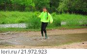 Купить «Счастливая девочка прыгает в луже в парке», видеоролик № 21972923, снято 22 октября 2015 г. (c) Владимир Кравченко / Фотобанк Лори